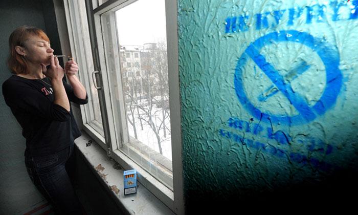 Можно ли курить у подъезда жилого дома: штраф за курение возле подъездов жилых домов