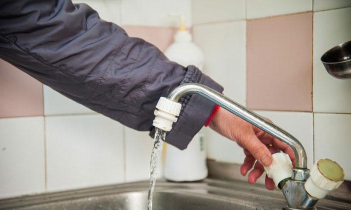 Почему в смесителе горячая вода передавливает холодную. По какой причине из холодного крана течет горячая вода